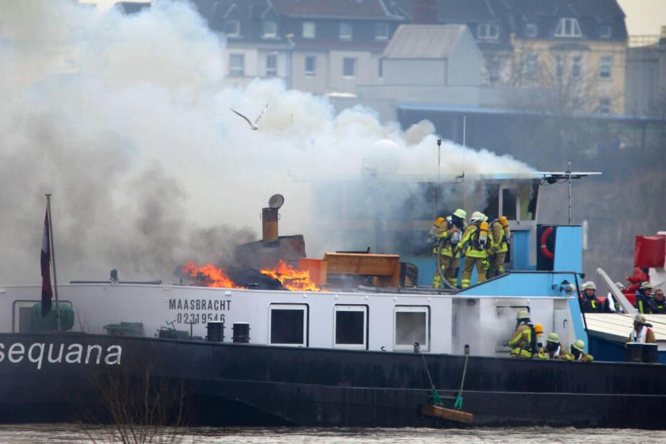 Riesige Rauchwolke über dem Rhein: Feuer auf Kohlefrachter gelöscht!