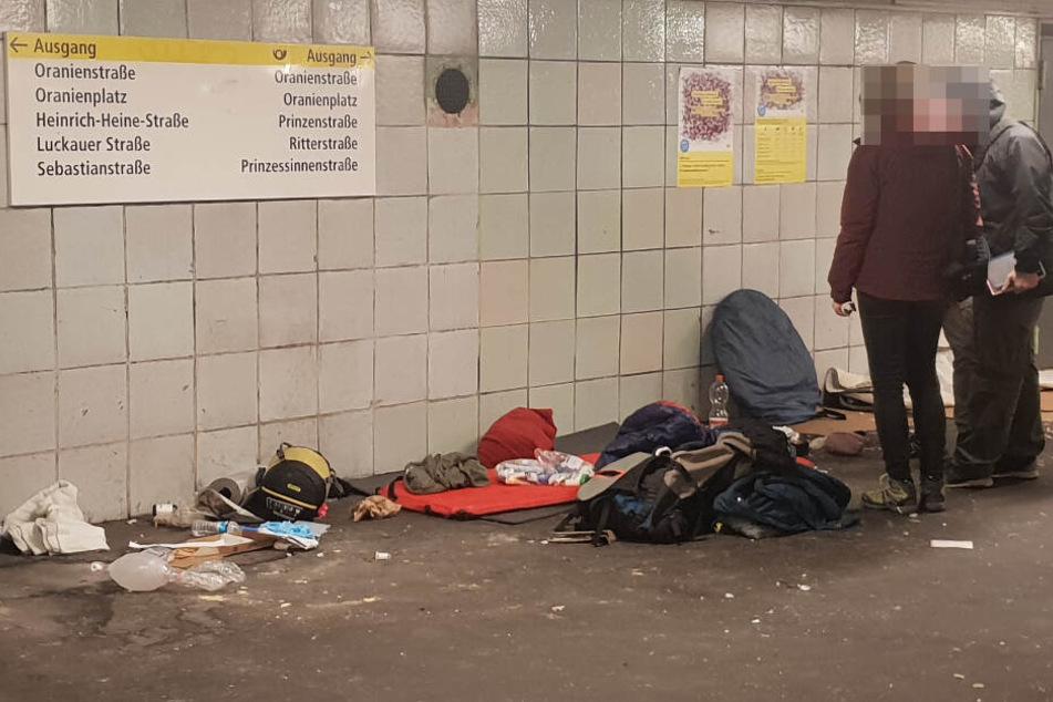 Kriminalbeamte untersuchen den Schlafplatz des verstorbenen Mannes.