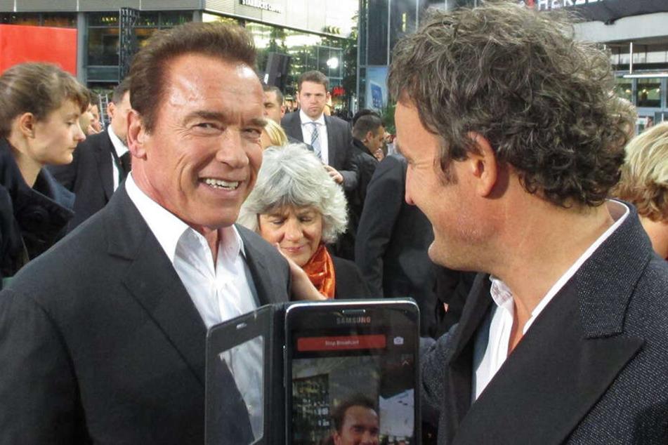 """Einmal recht freundlich bitte: Arnold Schwarzenegger (l.) lächelt auf der Europapremiere am 21. Juni 2015 im Sony Center in Berlin bei der Vorstellung von """"Terminator Genisys"""" mit seinem damaligen Co-Star Jason Clarke in die Kamera."""