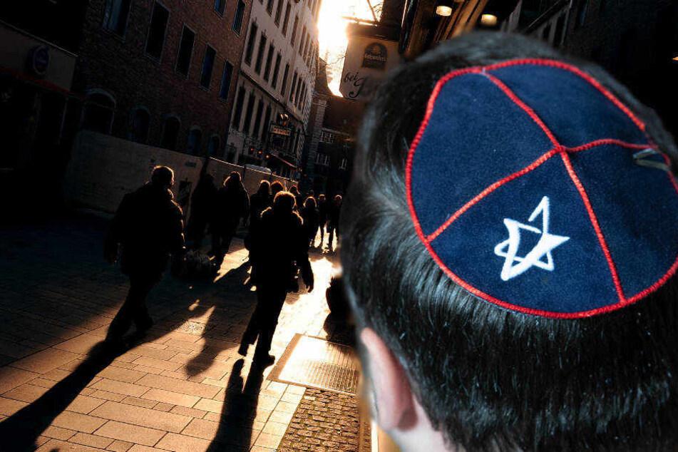 Der Staatsschutz in Düsseldorf sucht nun nach Zeugen der Tat in der Altstadt (Symbolbild).