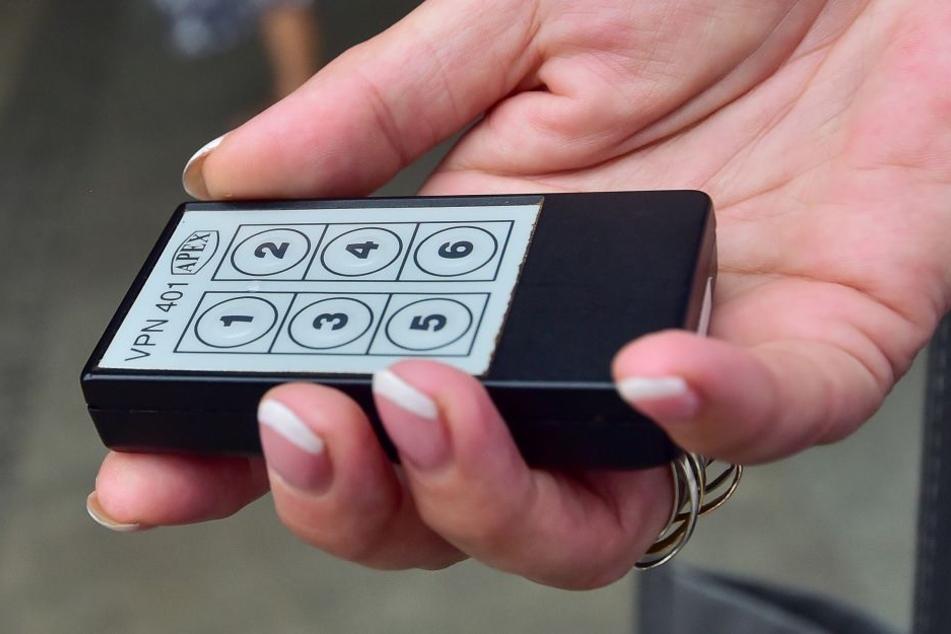 Bliss, so heißt das Gerät, das auf Knopfdruck die einfahrende Straßenbahnlinie samt Endstation ansagt (Taste 1) oder alle Türen öffnet (Taste 2).