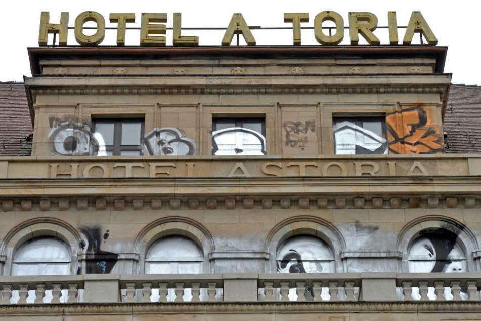"""Marode, besprüht, sogar ein Buchstabe auf dem Dach fehlt schon: Das ehemalige Luxushotel """"Astoria"""" soll demnächst wiedereröffnet werden."""