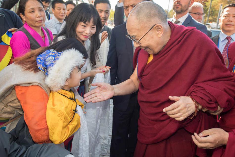 Bei seinem Besuch in Darmstadt widmete sich der Dalai Lama auch den Jüngsten.