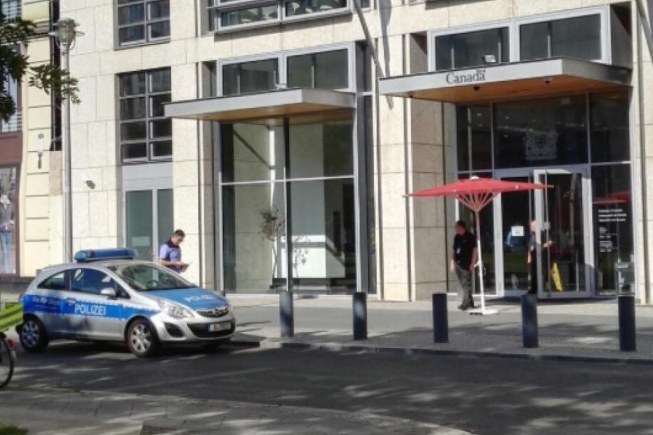 Inzwischen wurde Entwarnung gegeben, ein Polizeiautos steht aber noch vor dem Gebäude.