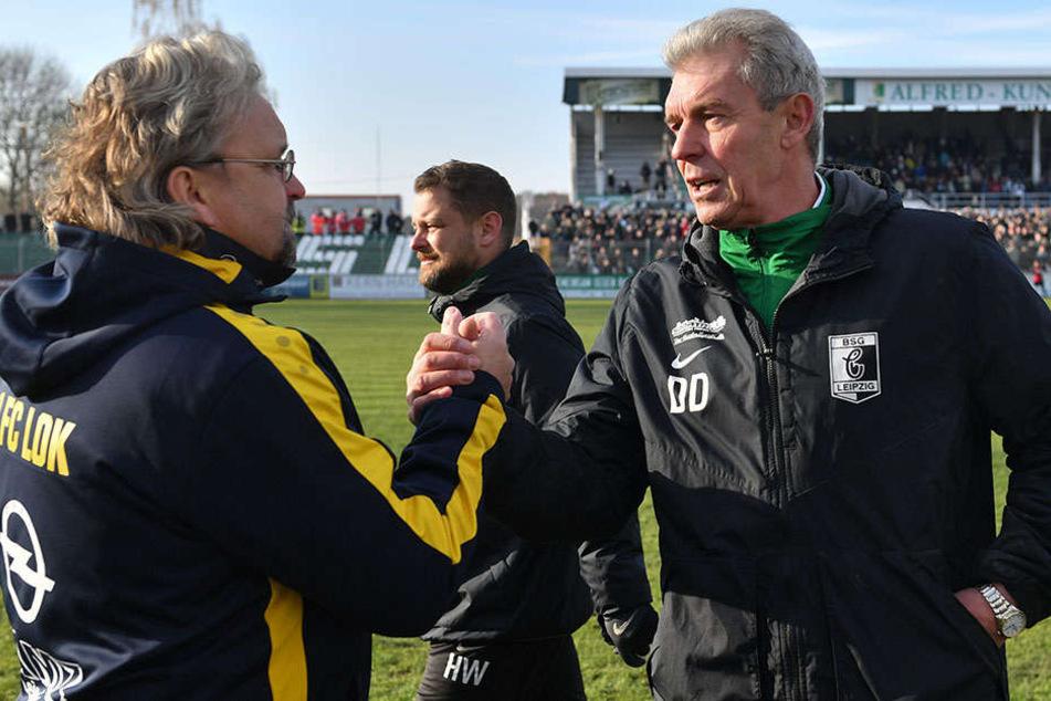 Trainer unter sich: Loks Heiko Scholz (r.) und Chemies Dietmar Demuth beim obligatorischen Hand-Shake beim Pokalspiel.