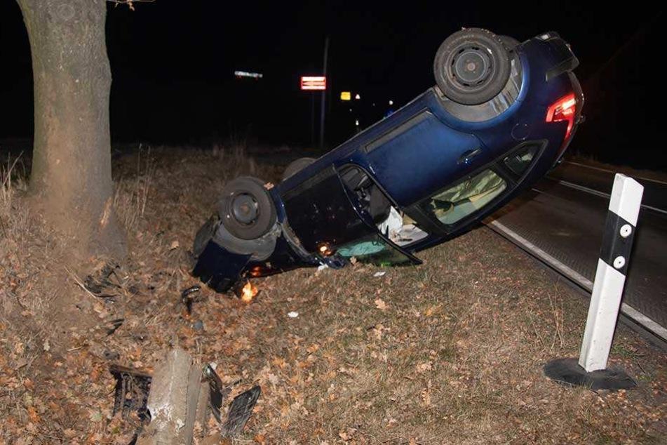 Der Citroen landete auf dem Dach, der Fahrer blieb aber unverletzt.