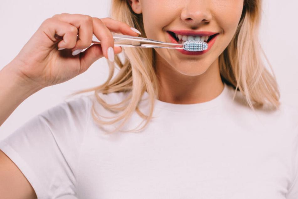 Ihr lebt in einer WG? Dann besser regelmäßig die eigene Zahnbürste durch eine neue ersetzen.