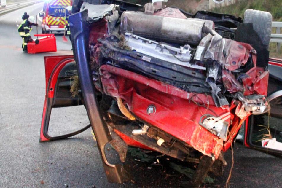 Der Fahrer des Wagens musste von der Feuerwehr aus dem Autowrack befreit werden.