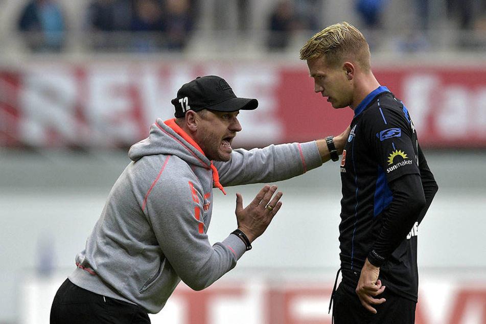 Lukas Boeder hört aufmerksam zu, was Trainer Steffen Baumgart (l.) ihm sagt.