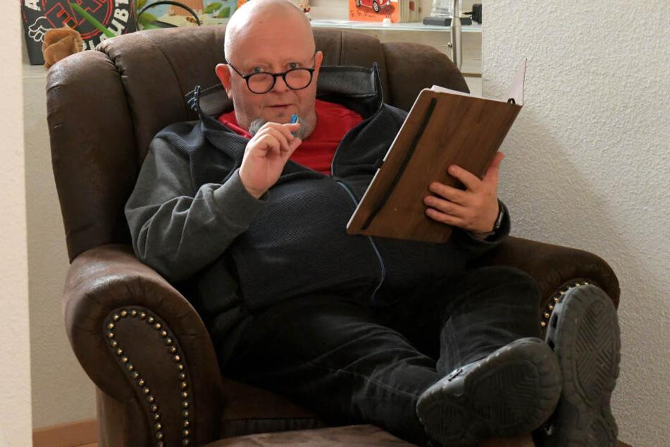 Entspannt arbeitet Holger Blum (55) zu Hause im Sessel an einem neuen Bühnenschwank.