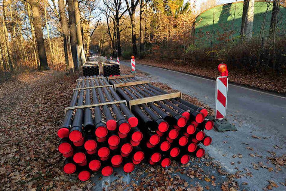 Die Kabelschutzrohre in der Forststraße überwintern - weil die Stromtrasse Zeisigwald erst 2019 fertig wird.