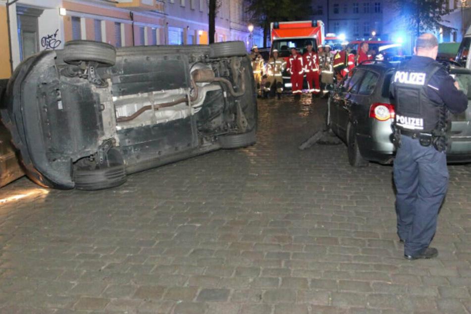 Oster-Crash: Suff-Fahrer rammt mehrere Autos und kippt auf die Seite!