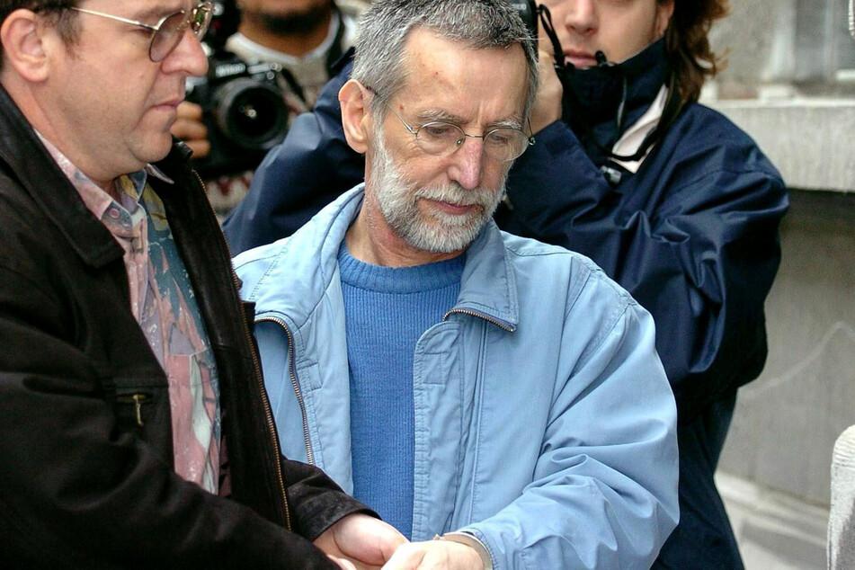 Der französische Serienmörder Michel Fourniret (Mitte) wird ins Gerichtsgebäude gebracht.