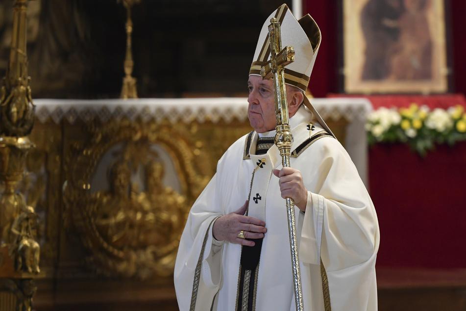 Der 83-Jährige beweist mit seiner Aussage Humor. Zu Ostern hielt er ganz nach Tradition die Ostermesse ab, wenn auch im leeren Petersdom.