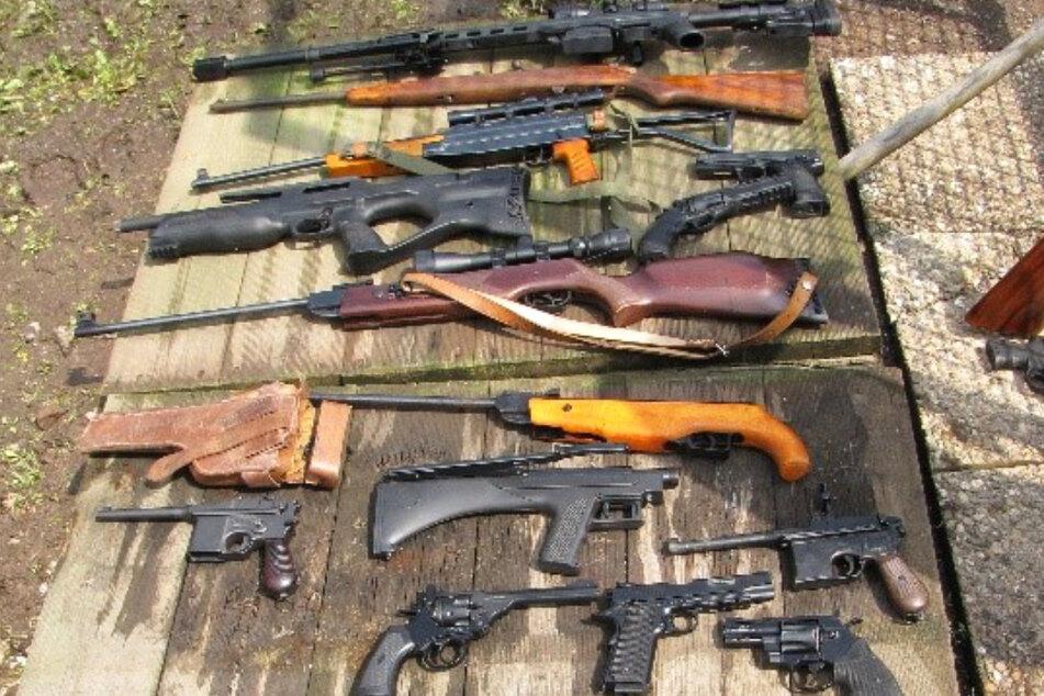 Bei dem 53-jährigen Frankfurter wurde zahlreiche Gas- und Luftdruckwaffen, eine Armbrust, Dolche und mehrere Schwerter gefunden.