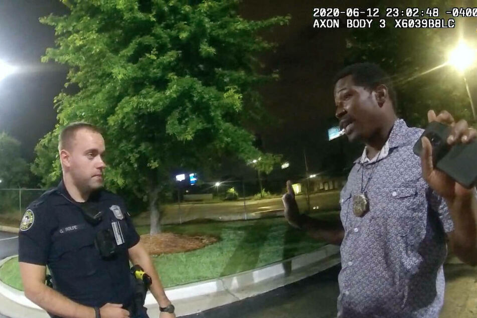 Body camera footage showed Atlanta Police Officer Garrett Rolfe (l.) shooting Rayshard Brooks (†27) twice in the back.