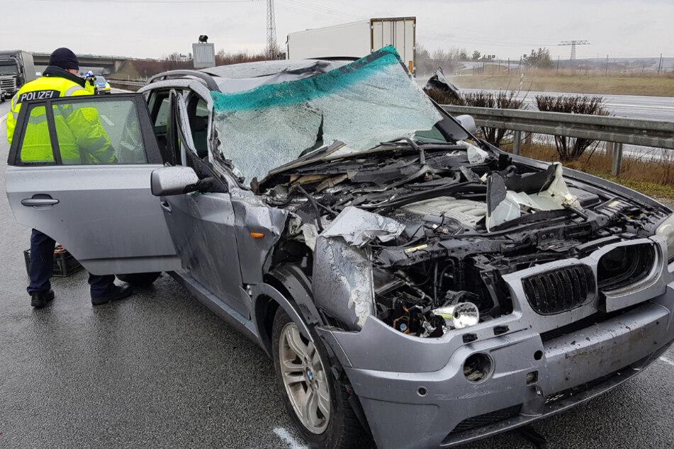 Der graue BMW Z3 ist vom Unfall schwer gezeichnet.