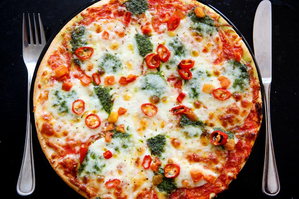 Ekelhaft: Mädchen isst Pizza, plötzlich bewegt sich etwas in ihrem Essen