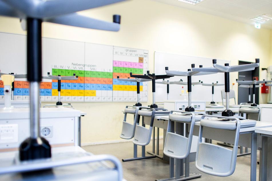 Stühle stehen auf den Tischen im Chemieraum einer Schule. (Symbolbild)