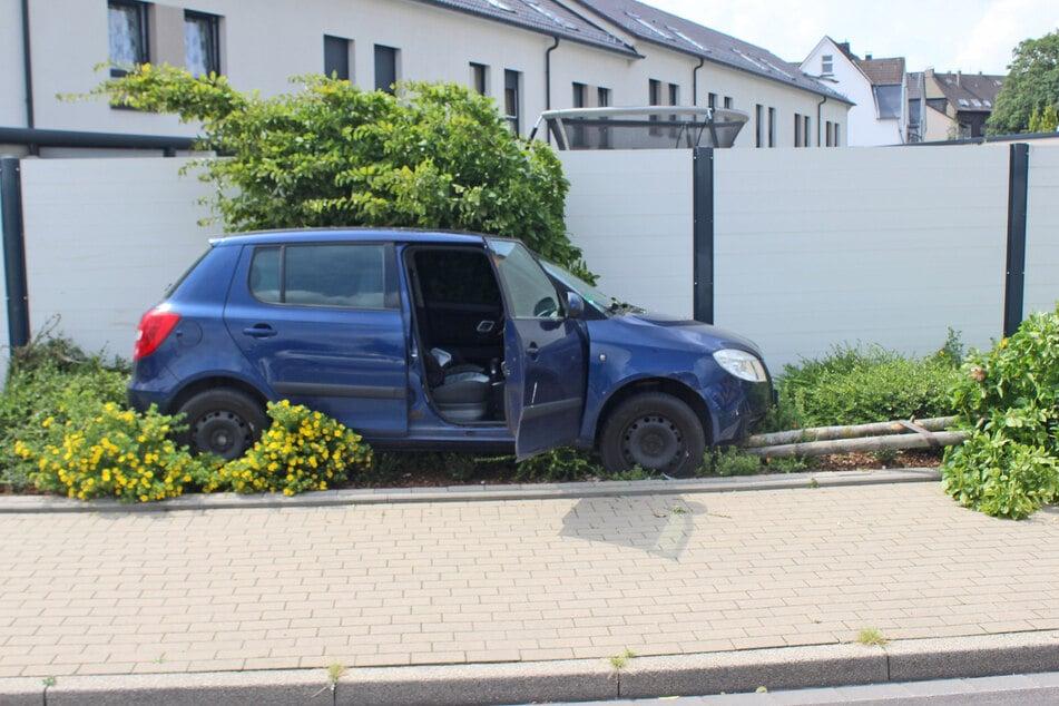 Die Trunkenheitsfahrt des 56-Jährigen war am Dienstag von einem Baum gebremst worden, der den blauen Skoda schließlich zum Stehen brachte.