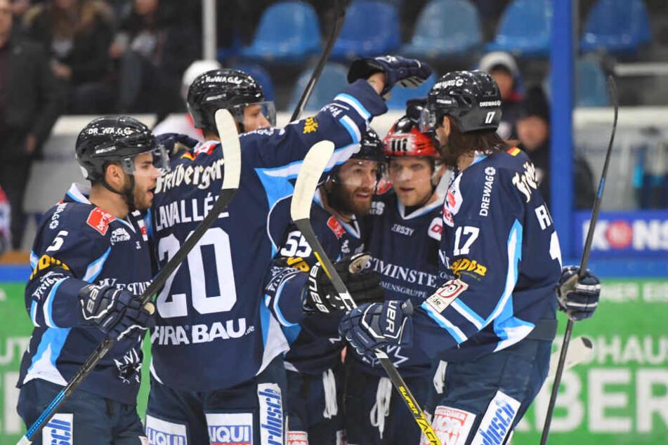 Acht Mal konnten die Spieler der Dresdner Eislöwen jubeln.