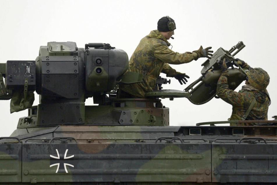 """Panzer des Typ """"Marder"""" werden verladen."""