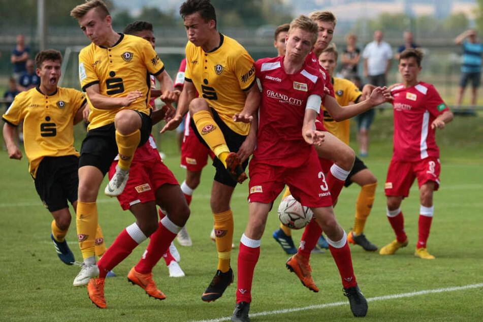 Simon Gollnack (M.) im Punktspiel der A-Junioren-Bundesliga gegen Union Berlin. Er traf in 14 Spielen elfmal.