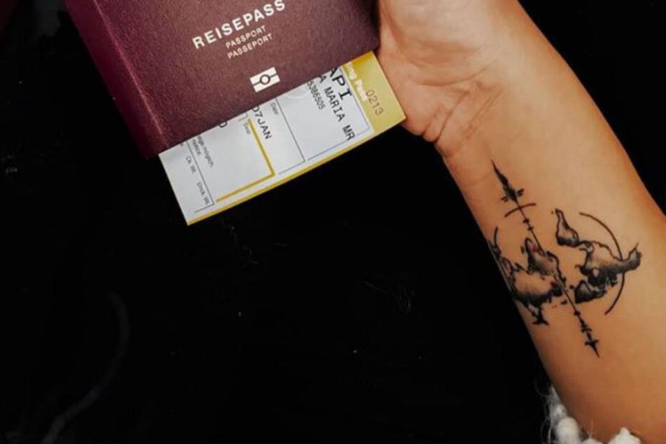 Anna zeigt ihr Tattoo.