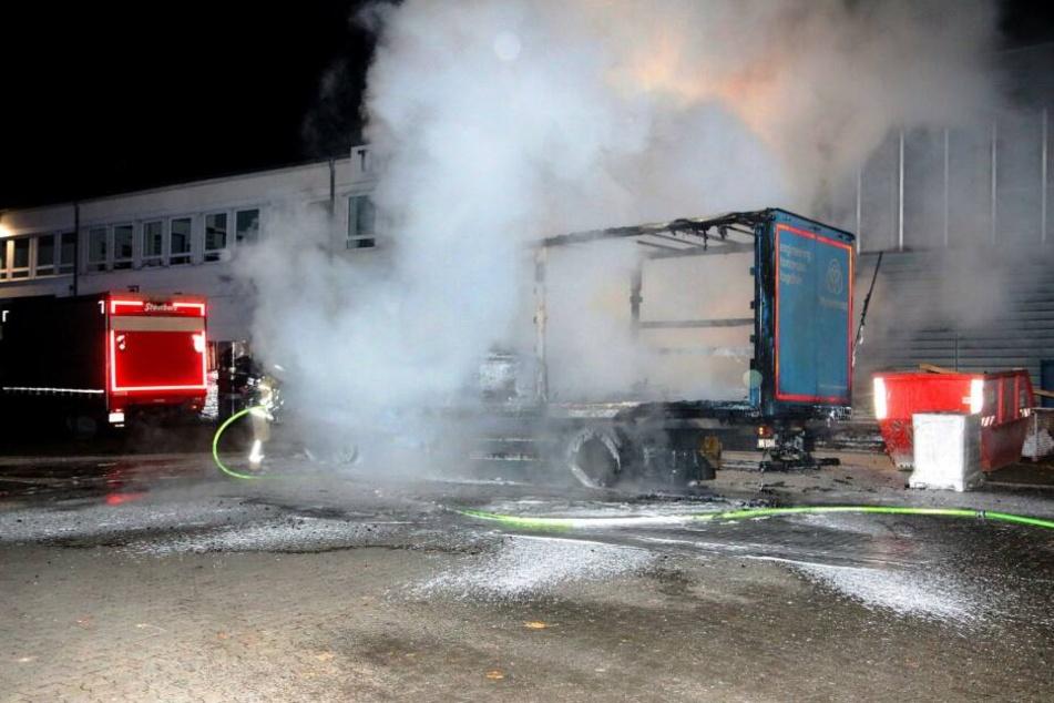 In Tempelhof brannten zwei Autos auf dem Firmengelände von Thyssenkrupp.