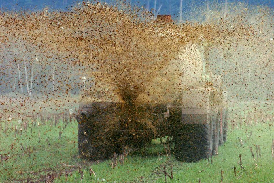 Im Vogtland ist ein Güllefass, das an einem Traktor hing um gekippt und aufgeplatzt. (Symbolbild)