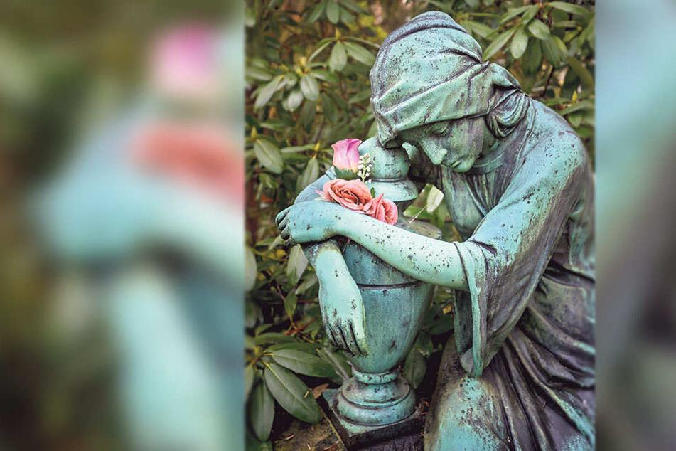 Sie wacht über die Toten auf dem Städtischen Friedhof: Eine historische Grabfigur, sie wurde sogar würdevoll geschmückt.