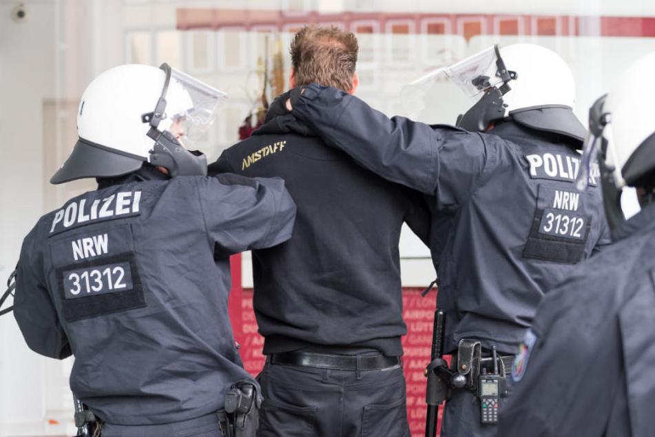 Zwei Linksextreme wurden von der Polizei vorläufig festgenommen. (Symbolbild)