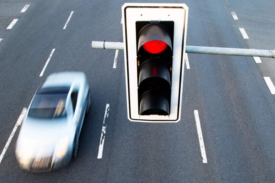 Trotz Vergehen gab es für einen Vater keine Anzeige beim Überfahren von roten Ampeln (Symbolbild).
