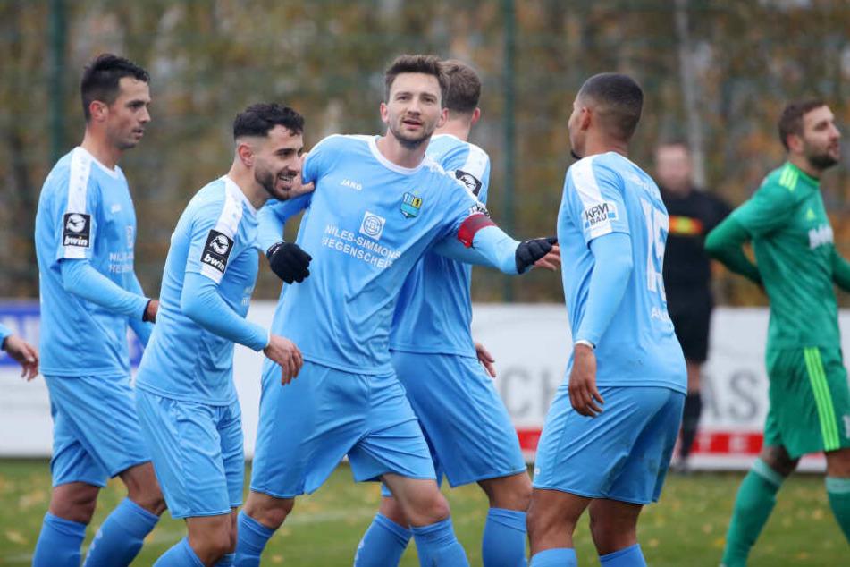 Tor für Chemnitz. CFC-Kicker Matti Langer trifft zum 0:1 und jubelt mit Kostadin Velkov, Davud Tuma und Noah Awuku.