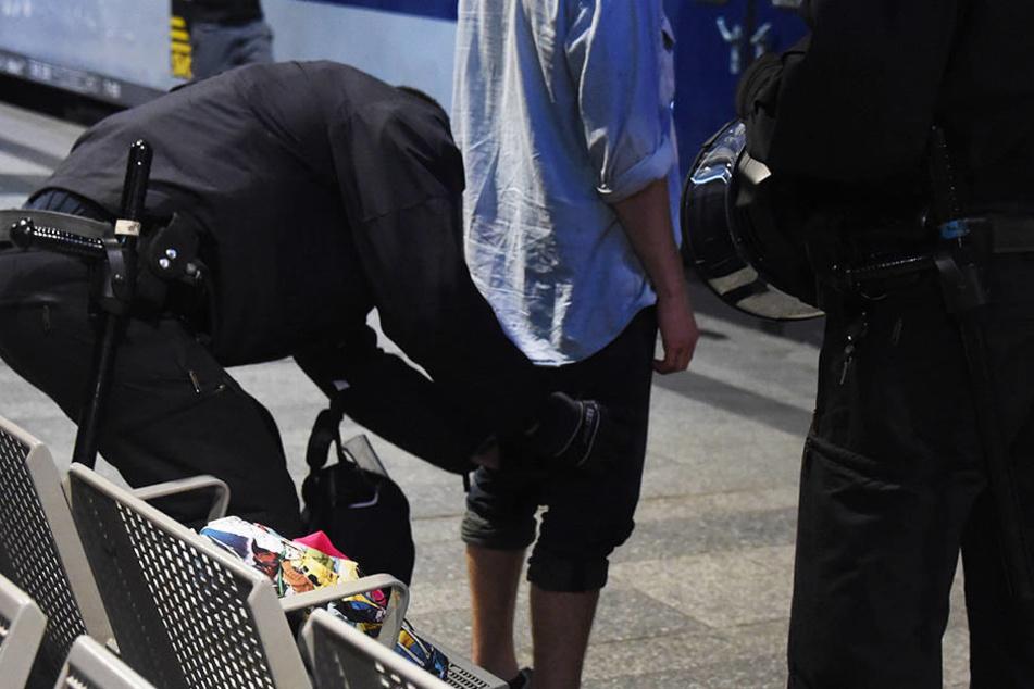 Bundespolizisten nahmen den Angreifer am Bahnhof fest. (Symbolbild)