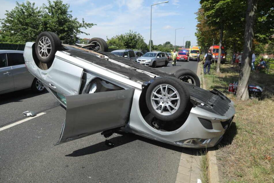 Der Mercedes landete auf dem Dach.