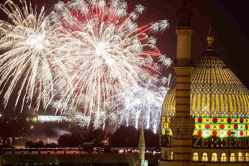 Prachtvoll: Das Feuerwerk der Pyro Games, davor die nächtlich erleuchtete  Yenidze.