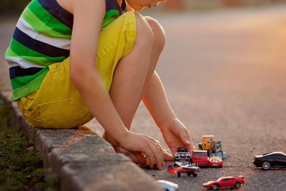 Der kleine Junge spielte grade auf der Straße, als er von dem Anhänger erfasst wurde. (Symbolbild)