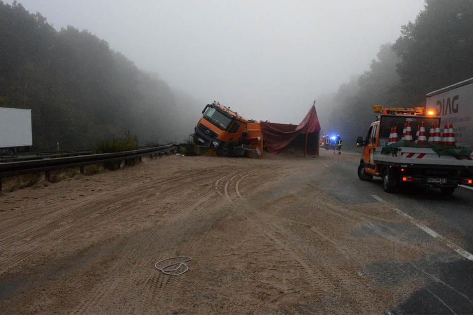 Ein Lkw mit Sand beladen hat am Mittwochmorgen die ganze A2 blockiert.