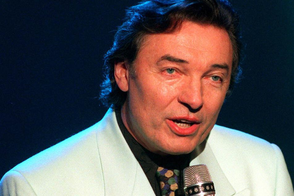 """Schlagersänger Karel Gott beim Auftritt bei der ZDF-""""Hitparade"""" im November 1995."""
