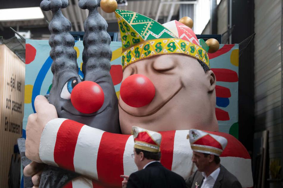 Die Wagen des Kölner Rosenmontagszuges wurden während des Richtfestes präsentiert.