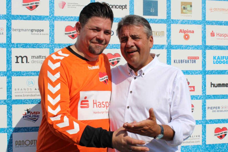 Tim Mälzer und Sigmar Gabriel halten sich nach dem Spiel in den Armen.