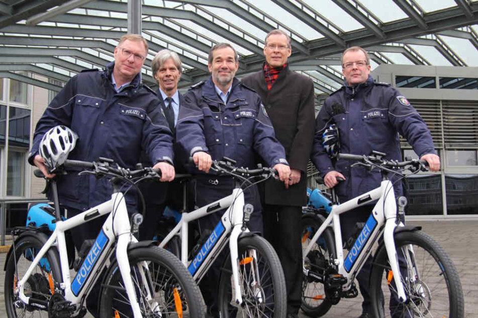 Reiner Hüttel (v.l.), Karsten Fehring, Peter Bathelt, Sven-Georg Adenauer und Uwe Eichhorn mit ihren neuen Dienstfahrzeugen.