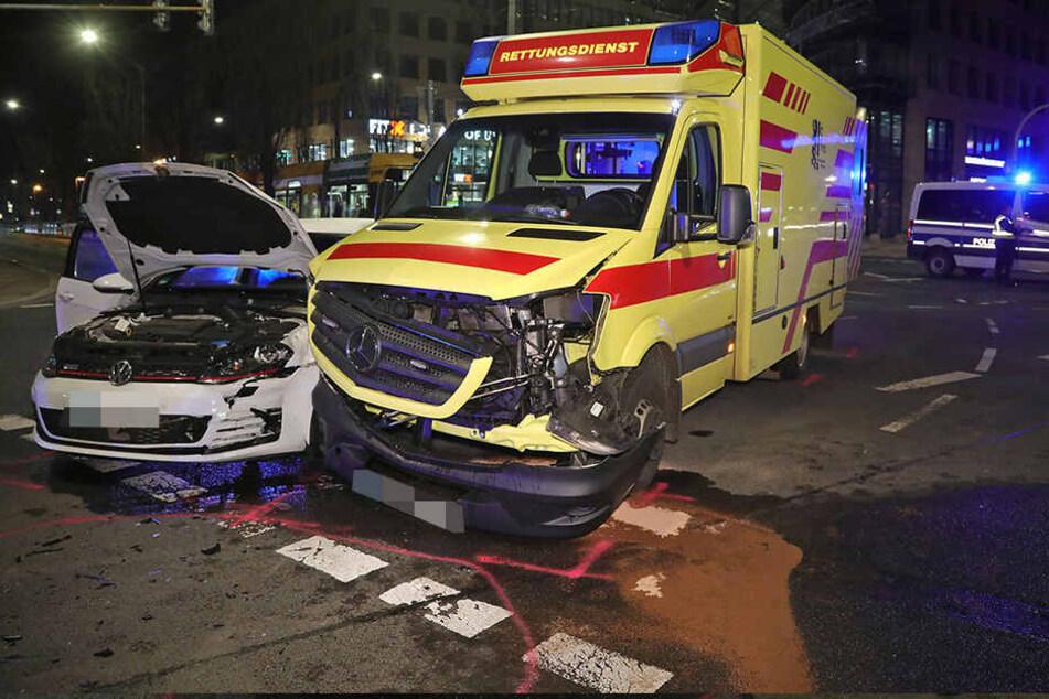Der Golf und der Rettungswagen wurden bei dem Unfall an der Kreuzung Freiberger Straße/Ammonstraße erheblich beschädigt.