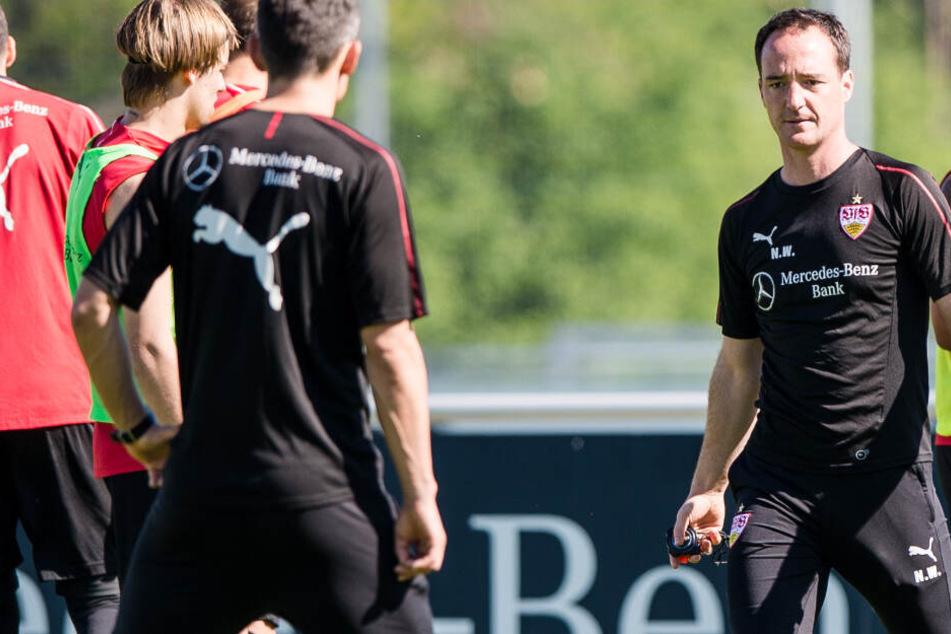 Bei seinem ersten Training als Interimscoach des VfB Stuttgart: Nico Willig.