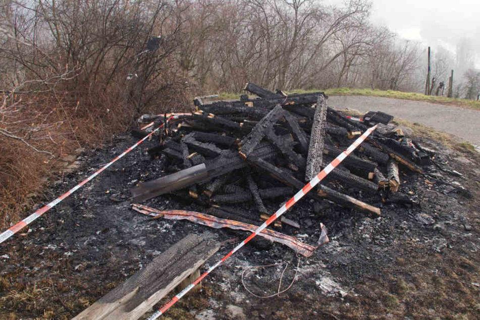 Verkohlte Überreste: Mehr ist von der Hütte nicht übrig.
