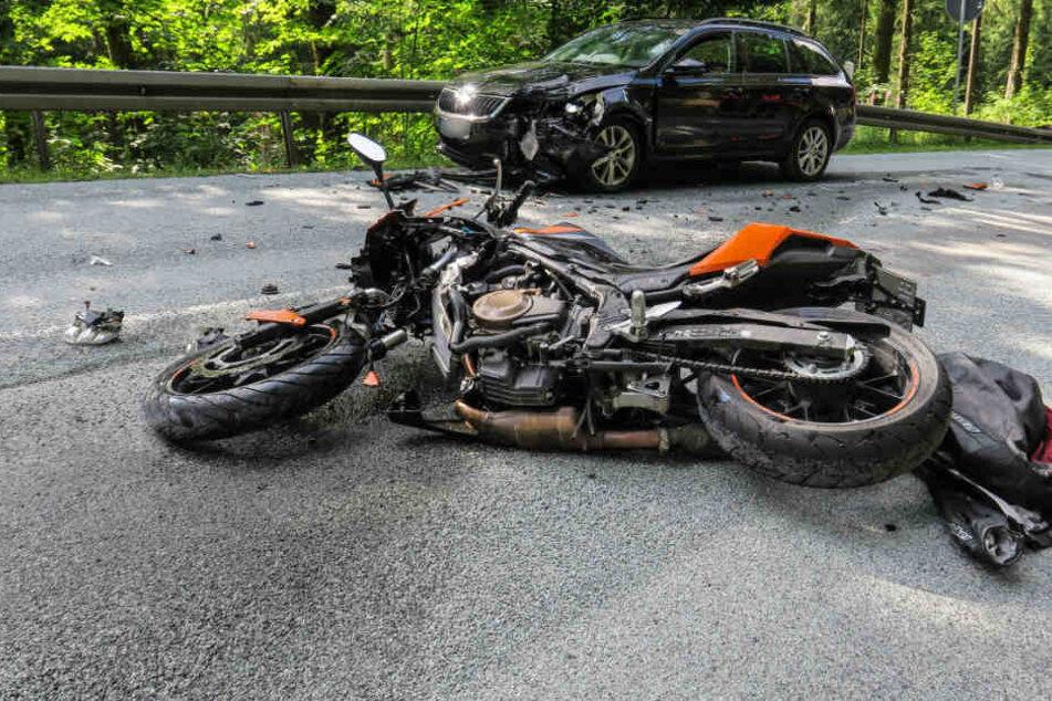 Der Biker kam offenbar in einer Kurve ins Rutschen und krachte gegen den Skoda.