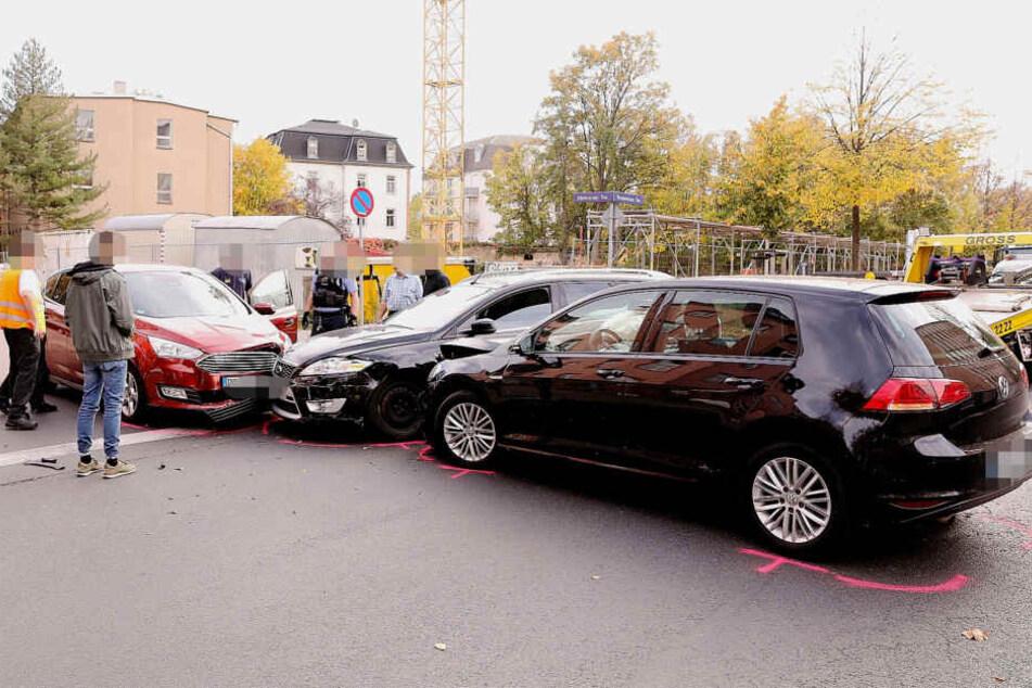 Alle drei Autos erlitten heftige Schäden.