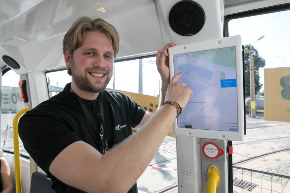 Yannik Büzberger (26), Mitarbeiter bei Trapeze, zeigt die Technik in dem selbstfahrenden Bus.