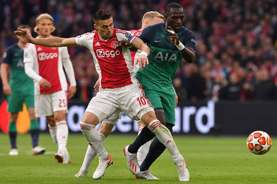 Dusan Tadic (M) von Ajax und Moussa Sissoko (r) von Tottenham im Zweikampf um den Ball.